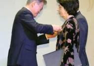 동포간담회서 국민훈장 목련장 수여하는 문 대통령