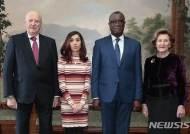 노르웨이 국왕 부부와 포즈취한 평화상 수상자들