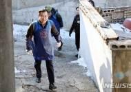 연탄 나눔 봉사 활동 하는 김헌정 헌법재판소 사무처장
