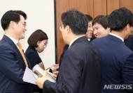 박용진 의원에게 축하 인사하는 민주당 의원들