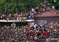 검은 예수상 만지려 몰려든 필리핀 사람들