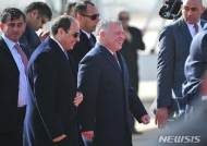 압둘라2세 요르단 국왕과 웃으며 걷는 알 시시 이집트 대통령