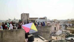 인도 구자라트 주 아마다배드 옥상 연날리기