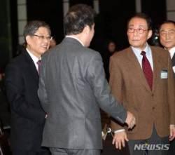 이낙연 총리와 이야기 나누는 고건-김황식 전 총리