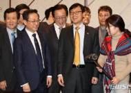'규제혁파 망치'에 밝은 표정 짓는 이호승 차관