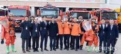 소방대원 격려하는 류희인 재난안전관리본부장