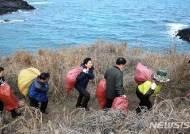 해안가 쓰레기 치우는 원희룡 제주지사
