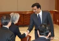타밈 카타르 국왕과 인사하는 강경화 장관