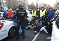 도로 점거하며 파업하는 스페인 택시 기사들