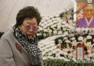 고 김복동 할머니 빈소 찾은 위안부 피해자 이용수 할머니