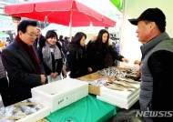농산품 구매하는 정순균 강남구청장