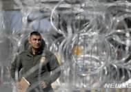 美, 국경에 병력 수천명 추가 배치…철조망 설치작업·감시