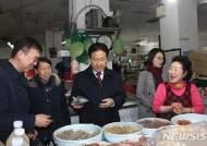 국방차관, 설 맞아 전통시장 방문…구매품 복지시설에 전달