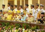 기도하는 술탄 압둘라 말레이시아 국왕