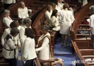 美민주당 여성의원들, 반트럼프 연대 의미로 '흰색 옷' 입어