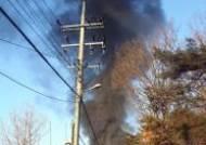 검은 연기가 치솟고 있는 고양시 플라스틱공장 화재 현장
