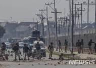 인도령 카슈미르서 무장경찰에 자폭테러...최소 18명 사망 40명 부상