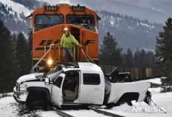 열차와 충돌한 픽업, 약 800m 밀려…운전자 부상