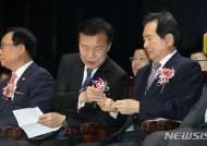 펜 전달하는 정세균 전 국회의장