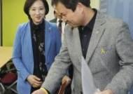 유은혜 사회부총리 겸 교육부 장관 안내하는 권정오 전교조 위원장
