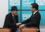 악수하는 손학규 대표와 정춘식 5.18민주유공자유족회장