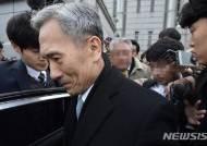 차량 탑승하는 김관진 전 국방부 장관