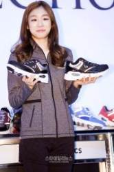"[S포토+] 김연아, ""제가 신발을 반대로 들었나요.."" (김연아 팬사인회)"
