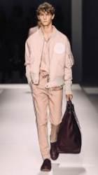 보스 맨의 산뜻한 썸머 패션쇼 스타일링