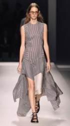 보스 우먼의 럭셔리한 썸머 패션쇼 룩 제안