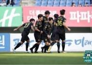 전남, 광주의 'K리그2 최초 홈 무패 우승' 저지…2-1로 제압
