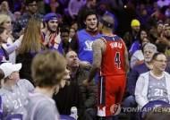 관중과 충돌한 NBA 토머스, 2경기 출전 정지