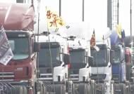 화물연대 파업…파업 불참 비조합원 차량에 계란 투척