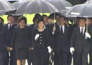 봉하마을 찾은 박근혜 '파격 행보'…노무현 묘역 참배