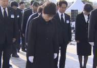 """박 대통령, 4.19 민주묘역 참배 """"국민행복시대 열겠다"""""""