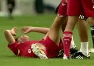 [동아시안컵] '앗차차…' 공 밟고 미끄러진 중국 '체면 구겼네'