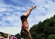 아찔한 27미터 위에서의 점프…절벽 다이빙 화제
