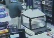 [영상] '이 한몸 다 바쳐' 총탄 막은 스마트폰…CCTV 포착