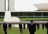 검은 양복·마스크 쓴 마네킹…브라질의 이색 시위