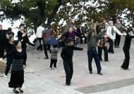 [단독입수] 강변서 춤추는 사람들…평양 시내 대공개