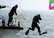 잠수부 대규모 투입, 망치로 배 안에 신호 보냈지만…