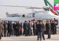 방한 비행기 오르는 프란치스코 교황…누가 같이 오나