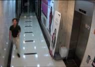 김수창 닮은 남성이 젊은 여성 2명 따라가는 듯한 모습
