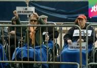 오페라 무대로 번진 이-팔 분쟁…극장 앞 휠체어 시위