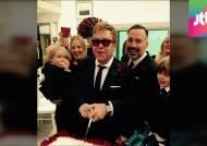 팝스타 엘튼 존, 21년 만에 동성 연인과 결혼식 올려