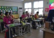 조용했던 교실에 활기가…농촌학교 '할머니 초등생들'