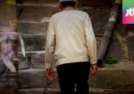 """""""항상 빈 주머니죠"""" 한국 노인 절반은 빈곤…불명예 1위"""