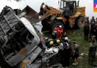 중국서 버스 추락…연수 떠난 한국 공무원 10명 사망
