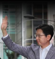 손 흔들며 특검 나온 '피의자 신분' 김경수