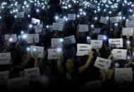 촛불 대신 플래시 켠 홍콩인 '임을 위한 행진곡'이 울렸다