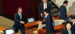 나가는 한국당 의원 쫓아가  먼저 악수 청한 문 대통령